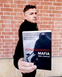 """okładka książki Zbigniewa Masternaka """"Jednoosobowa mafia"""""""