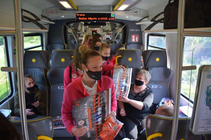 szczypiornistki w pociągu KD