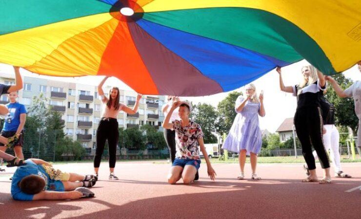 """Program """"Wakacyjna AktywAKCJA"""" trwa − Jasiek Mela wspólnie z młodzieżą pokaże jak aktywnie spędzać czas"""