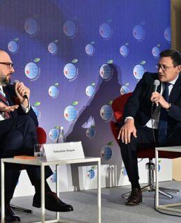 """Łukasz Greinke, prezes Portu Gdańsk (z prawej) podczas panelu """"Giganci eksportowi silniejsi niż pandemia"""""""